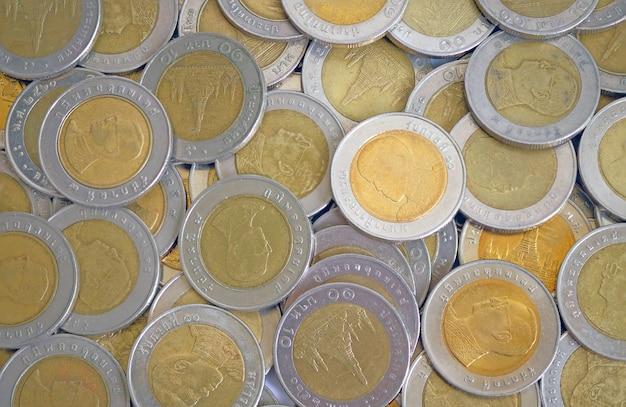 Pièces d'or et d'argent dix bahts en vue de dessus Photo Premium