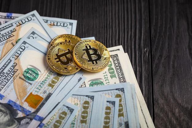 Pièces d'or avec bitcoin, sur bois. Photo Premium