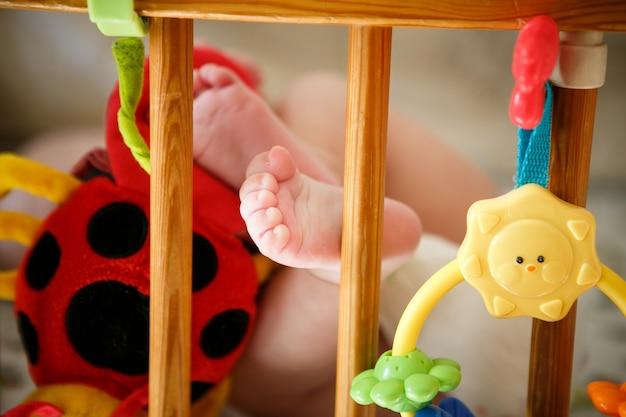Pied du nouveau-né est couché dans le lit Photo Premium