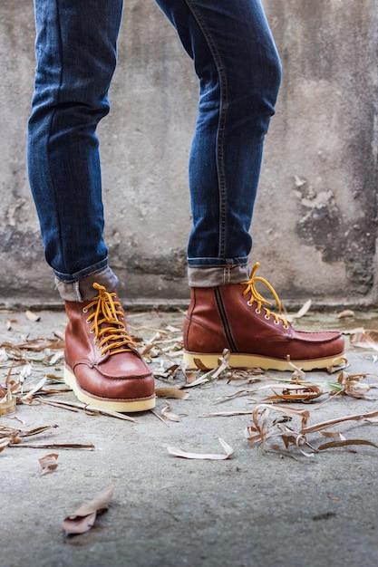Pied masculin avec des chaussures en cuir marron et un jean Photo gratuit