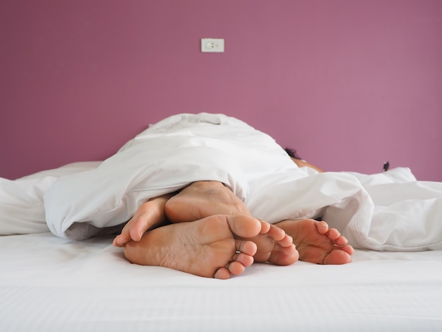 Pieds Des Amoureux De Couple Ayant Des Rapports Sexuels Sur Un Lit Le Matin Avec La Luxure Et L'amour Photo Premium