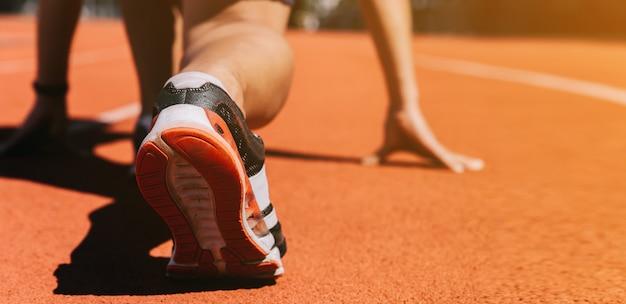 Pieds de coureurs sur une piste d'athlétisme Photo Premium