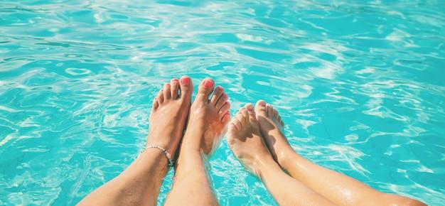 Les pieds d'une famille au bord de la mer Photo Premium