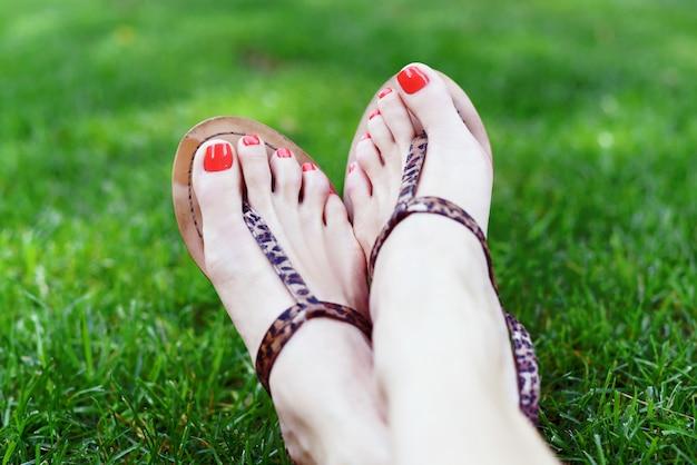 Pieds féminins avec pédicure rouge Photo Premium