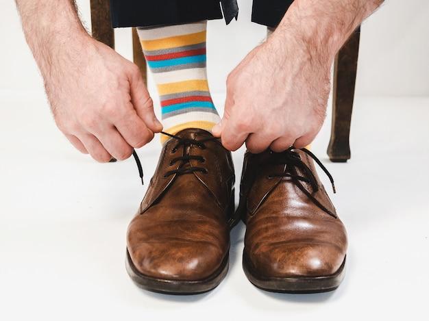 Les pieds des hommes dans des chaussures élégantes et des chaussettes amusantes Photo Premium