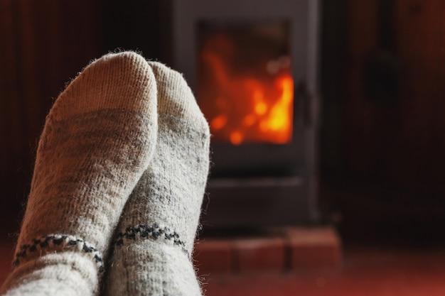 Pieds Jambes En Vêtements D'hiver Chaussettes De Laine à La Cheminée à La Maison En Hiver Ou En Automne Soir Détente Et Réchauffement Photo Premium