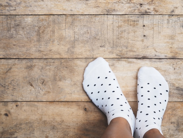 Pieds portant des chaussettes blanches à pois Photo Premium