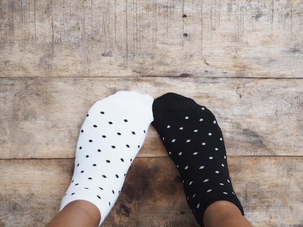 Pieds portant des chaussettes noires et blanches à pois Photo Premium