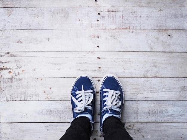 Pieds de selfie hipster sur fond de plancher en bois. Photo Premium