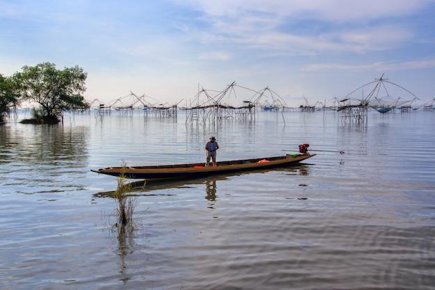 Piège de pêche de style thai de pêcheurs dans le village de pak pra, pêche nette en thaïlande Photo Premium