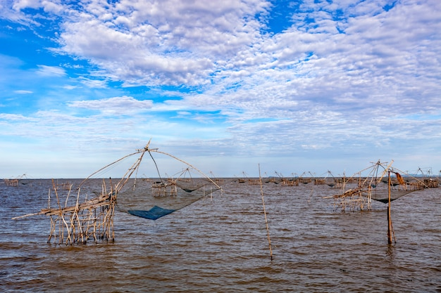 Piège à pêche de style thaïlandais dans le village de pak pra dans la province de phatthalung en thaïlande Photo Premium