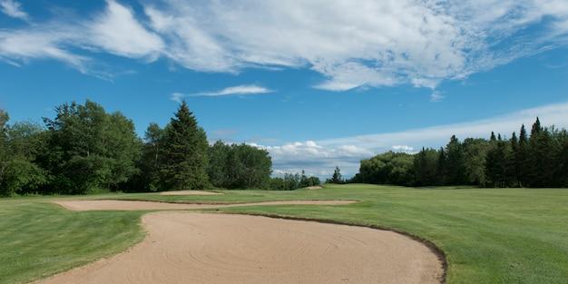 Piège à sable dans un terrain de golf, parc provincial hecla grindstone, manitoba, canada Photo Premium