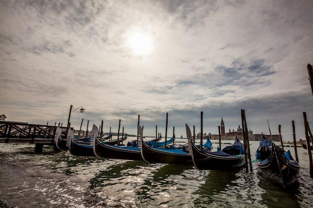 Pier avec des radeaux Photo gratuit