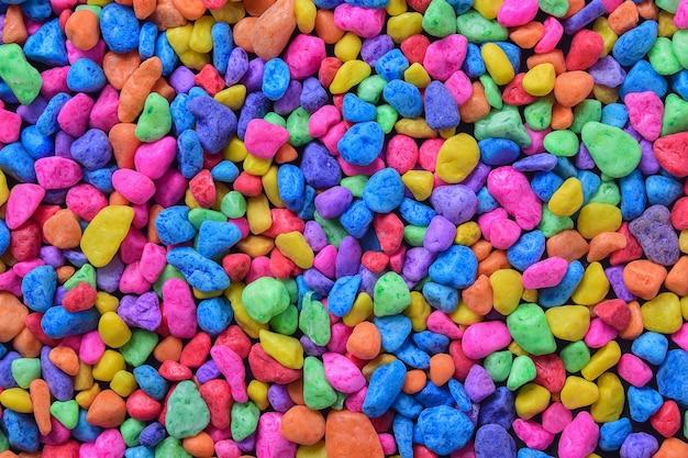 Pierre colorée, roches colorées pour travailler avec un bricolage ou pour décorer un aquarium Photo Premium