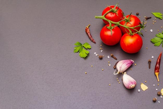 Pierre à Cuire Aux épices, Herbes, Tomates Photo Premium