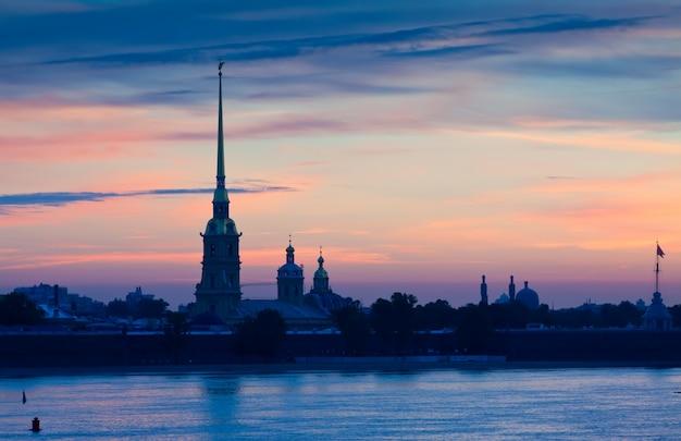 Pierre et paul fortress dans l'aube d'été Photo gratuit