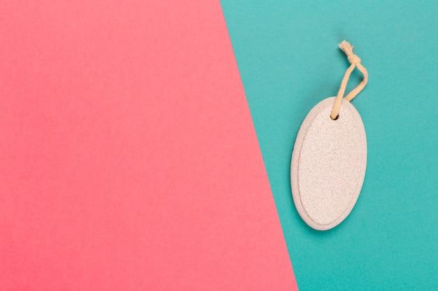 Pierre ponce cosmétique sur un bicolore brillant Photo Premium