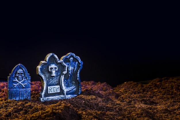 Pierres tombales d'un bleu sur fond marron Photo gratuit