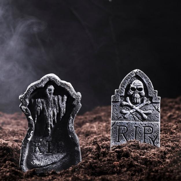 Pierres tombales avec crâne et os sur le cimetière de nuit Photo gratuit