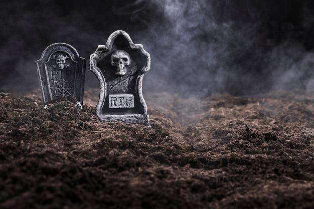 Pierres tombales dans le cimetière de nuit dans le brouillard Photo gratuit