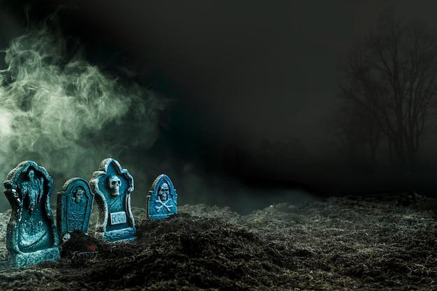 Pierres tombales dans un cimetière sombre Photo gratuit
