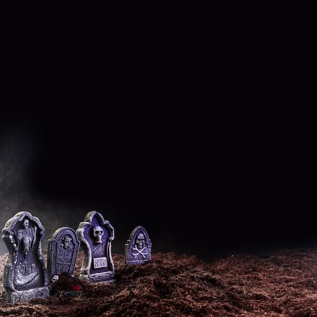 Pierres tombales sur sol meuble dans le brouillard Photo gratuit