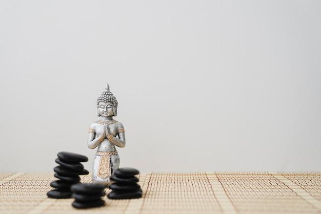 Pierres volcaniques et bouddha Photo gratuit