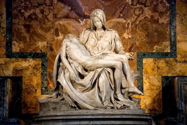 La pietà de michel-ange à r. la basilique de peter dans la ville vatican Photo gratuit