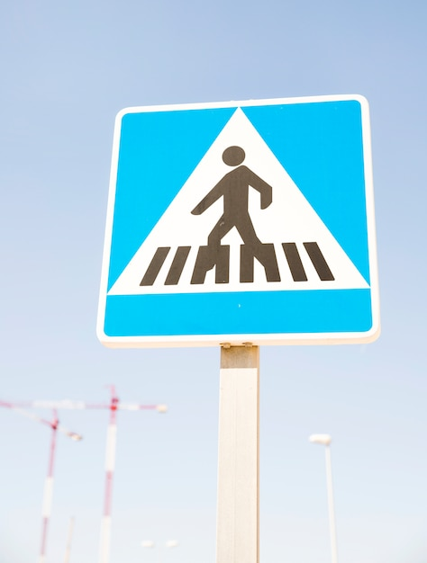 Piétons avertissement signe contre le ciel bleu Photo gratuit