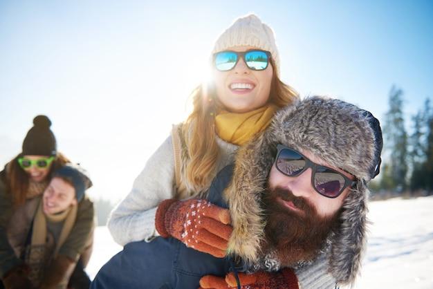 Piggyback Dans La Montagne D'hiver Photo gratuit