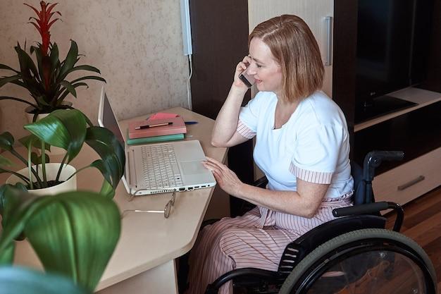 Une Pigiste, Handicapée En Fauteuil Roulant, Travaille à Distance De Chez Elle Photo Premium