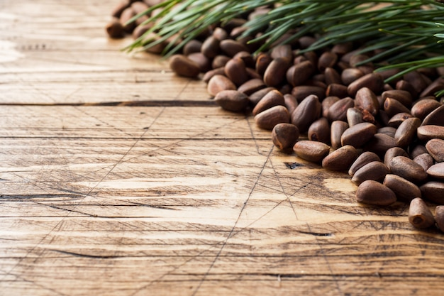 Pignons de pin sur une surface en bois Photo Premium