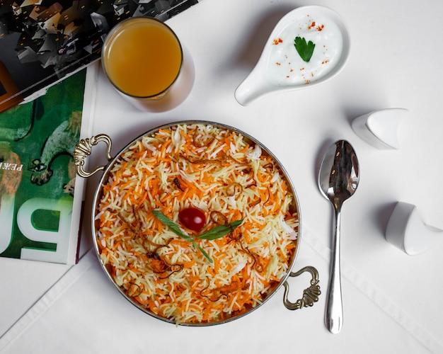 Pilaf aux carottes et au safran Photo gratuit