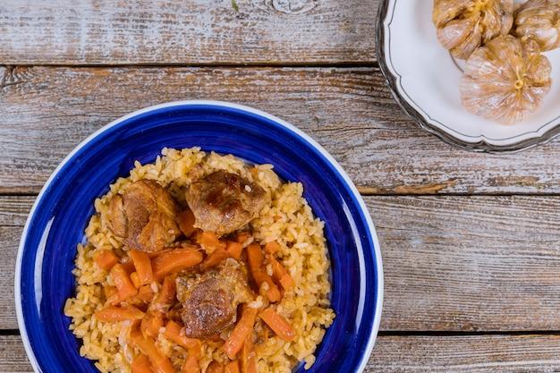 Pilaf ouzbek avec viande épicée et carottes Photo Premium