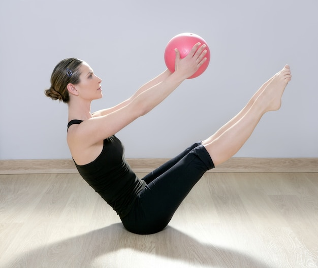 Pilates femme stabilité balle gym fitness yoga Photo Premium