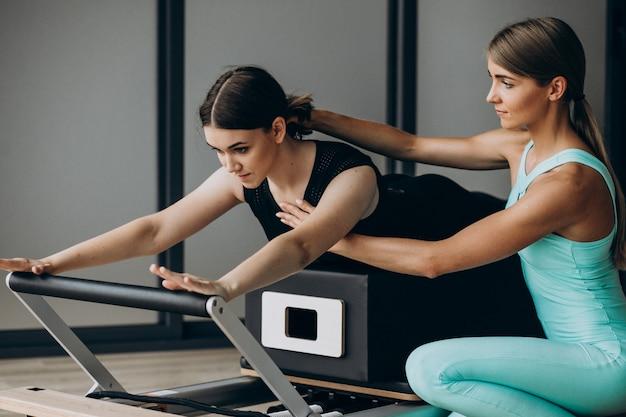 Pilates De Formation De Femme Sur Le Réformateur Photo gratuit