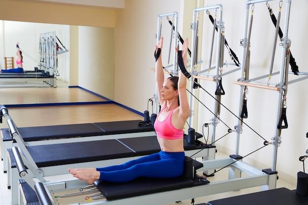 Pilates reformer femme aviron ligne exercice Photo Premium
