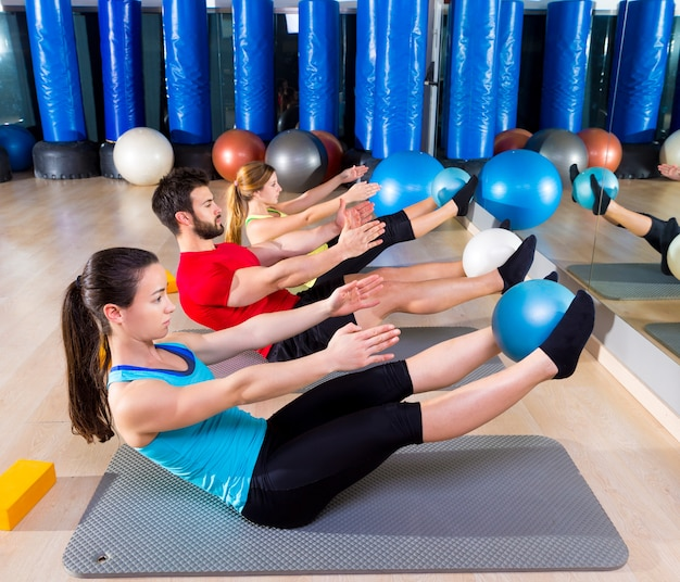 Pilates softball l'exercice de groupe teaser au gymnase Photo Premium