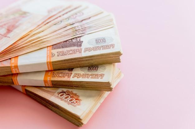 Pile de 5000 roubles isolé sur fond rose Photo Premium