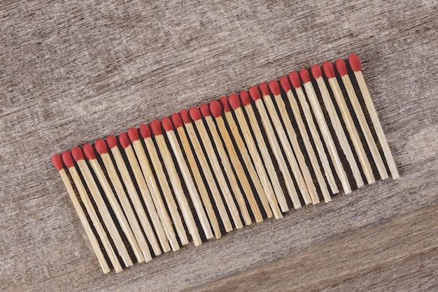 Pile d'allumettes organiser dans une rangée Photo Premium