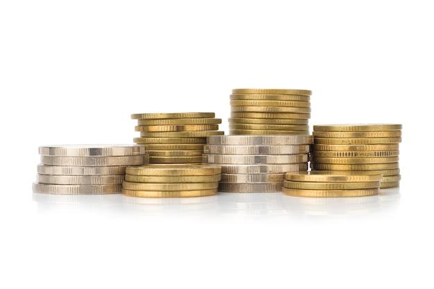 Pile d'argent et de pièces de monnaie glod. ville. pile. isolé sur fond blanc Photo Premium