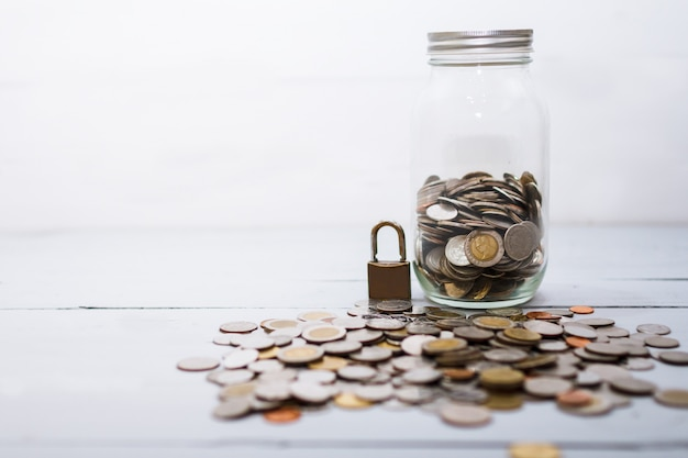 Pile D'argent Et Serrure. Concept D'épargne Et De Sécurité Financière. Photo Premium