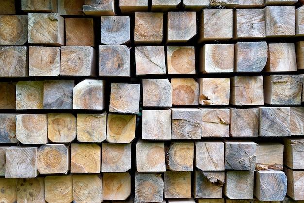 Pile De Barres En Bois Dans L'entrepôt. Poutres En Bois Empilées De Section Carrée Photo Premium