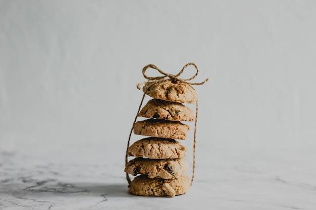 Une Pile De Biscuits Aux Canneberges Et à L'avoine Attachés Avec Un Fil Photo Premium
