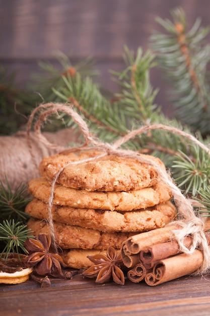Une pile de biscuits aux noix, cannelle, badon, oranges, noix. gâterie de fête, noël. Photo Premium