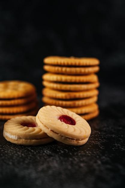 Une pile de biscuits sur une table en bois Photo gratuit