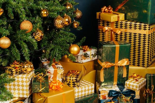 Pile De Cadeaux Verts Et Or Emballés Pour Noël Photo Premium