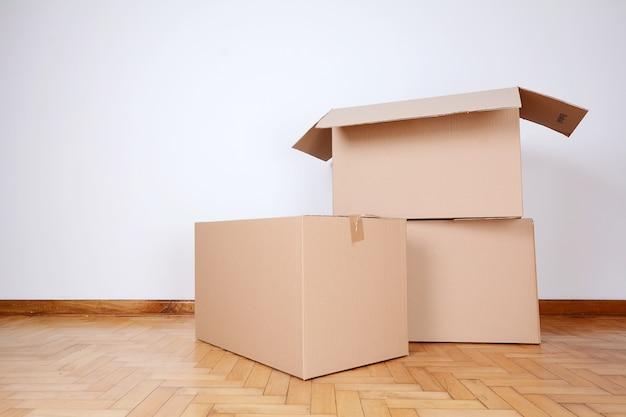 Pile de cartons dans la salle vide Photo Premium