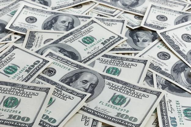 Une pile de cent billets de banque américains avec les portraits du président. Photo Premium
