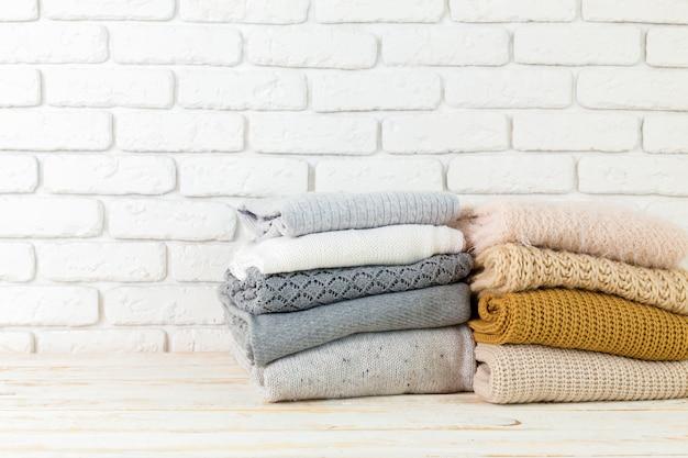Pile de chandails tricotés confortables blancs Photo Premium